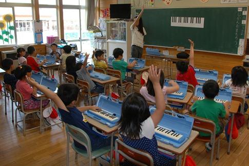 鍵盤ハーモニカの授業001