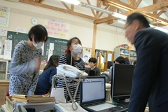 職員室/卒業生03